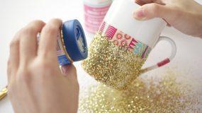 Ρίχνει glitter σε μια κούπα και φτιάχνει υπέροχη κατασκευη!