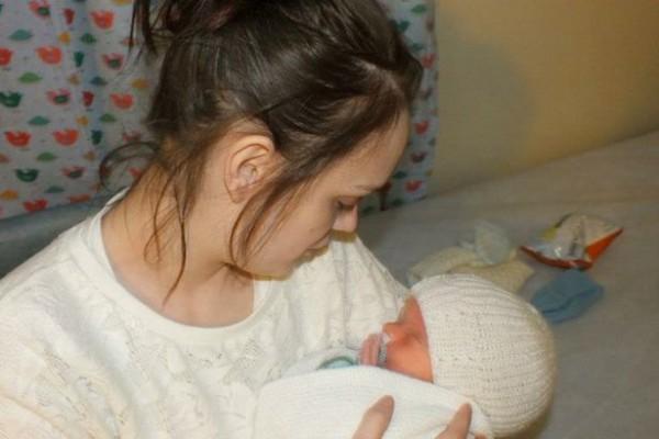 """Συγκλονιστικό! Μωρό χωρίς εγκέφαλο λέει """"μαμά"""" για πρώτη φορά"""