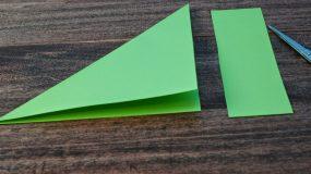 Διπλώνει ένα πράσινο χαρτί και φτιάχνει πανέμορφη Χριστουγεννιάτικη κατασκευή!