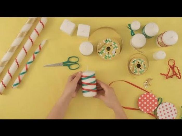 Τυλίγει μια κορδέλα σε ένα κερί και φτιάχνει υπέροχη Χριστουγεννιάτικη κατασκευή!