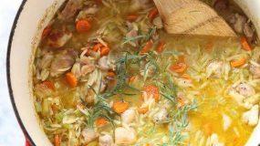 Συνταγή για παιδιά: Koτόσουπα κοκκινιστή με κριθαράκι