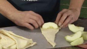 Τυλίγει ενά κομμάτι μήλο σε ζύμη.Το αποτέλεσμα; λαχταριστο!