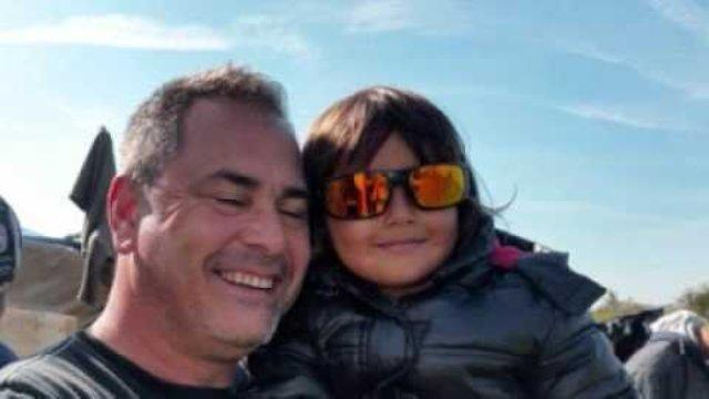 «Βάλτε με φυλακή, αλλά δεν μπορούσα να αφήσω το κοριτσάκι εκεί» – Χιλιάδες υπογραφές για τον Βρετανό που έσωσε ένα προσφυγόπουλο