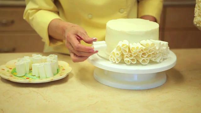 Δείτε στο video πως θα στολίσετε τις τούρτες σας με σοκολάτα