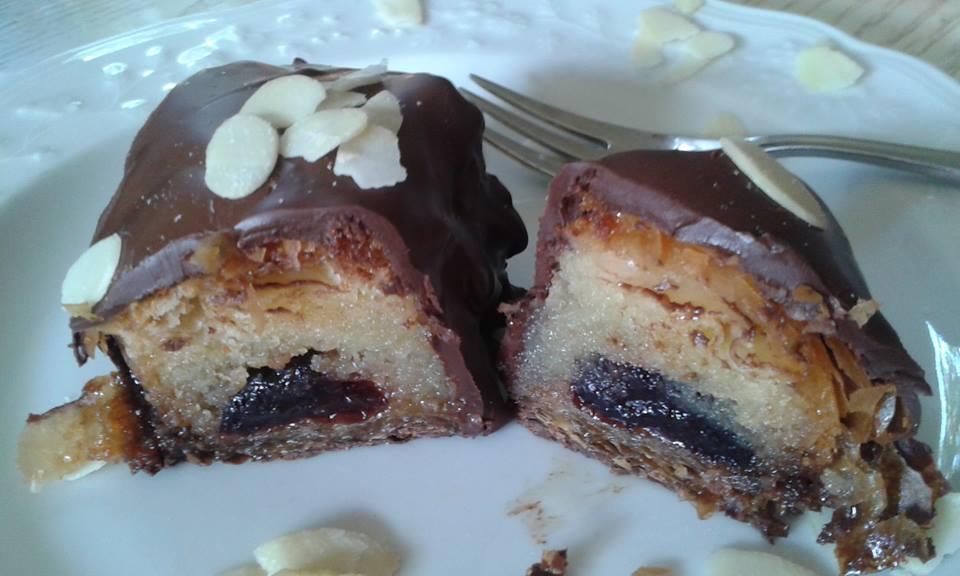 Αμυγδαλοπιτα σιροπιαστή με σοκολάτα