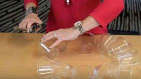 Ενώνει πλαστικά ποτηράκια και φτιάχνει πανέξυπνη Χριστουγεννιάτικη κατασκευή!