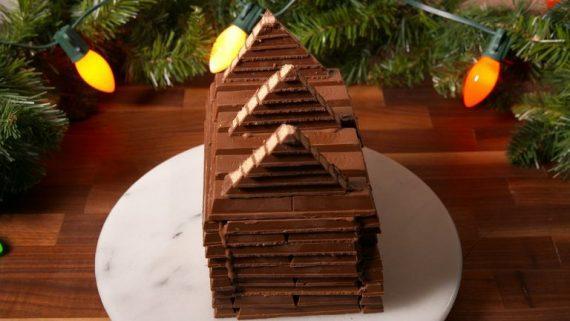 Ενώνει τις σοκολάτες και φτιάχνει υπέροχη Χριστουγεννιάτικη κατασκευή