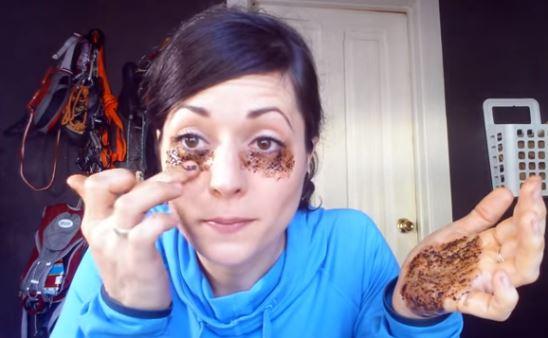 """ΑΠΙΣΤΕΥΤΟ """"ΚΟΛΠΟ""""! Βάζει καφέ κάτω από τα μάτια της – Δείτε τι πετυχαίνει! Θα το κάνετε και εσείς άμα το δείτε…"""