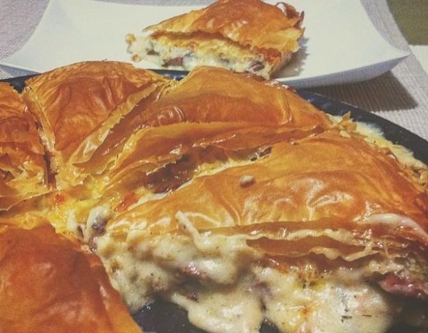Πίτα με χωριάτικο λουκάνικο και τυρι!