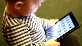 Γιατί δεν πρέπει να δίνουμε tablet στα νήπια