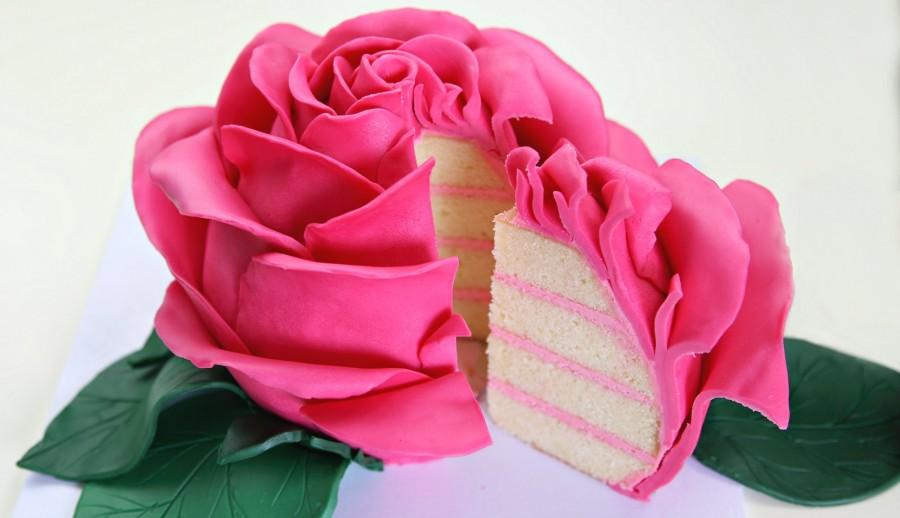 Δείτε πως να φτιάξετε αυτη τη  πανέμορφη τούρτα τριαντάφυλλο