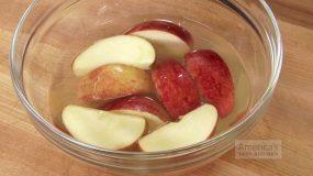 Δείτε το κόλπο για να μη μαυρίζουν τα κομμένα μήλα