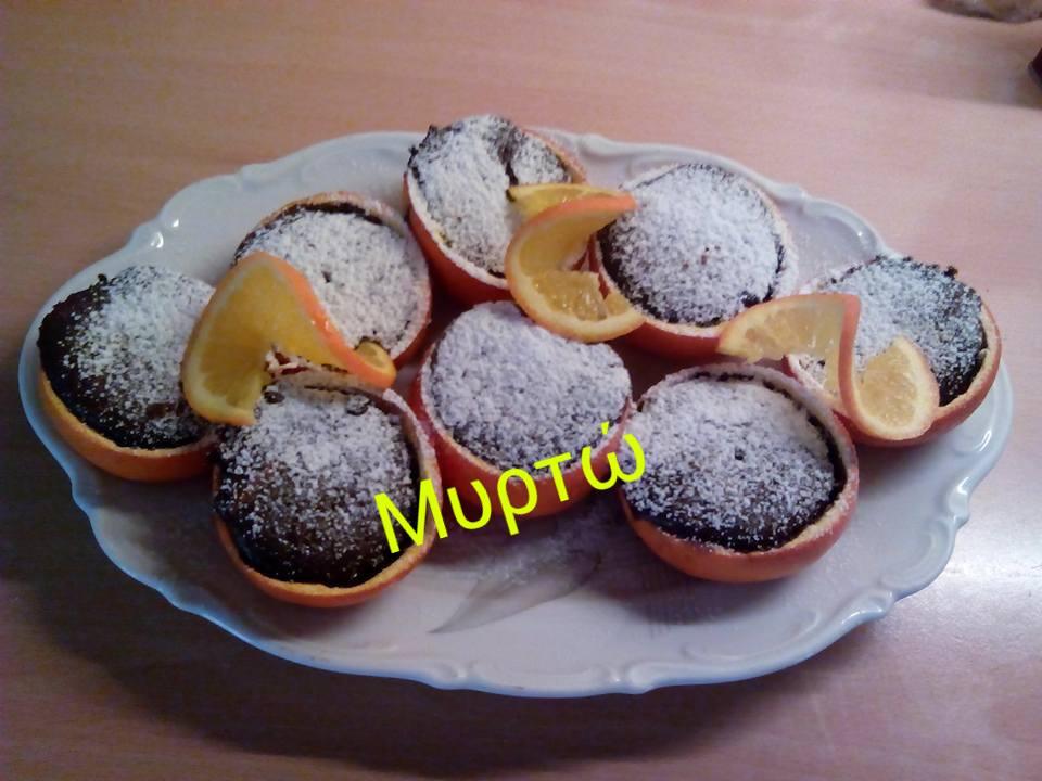 Σουφλέ πορτοκαλιού -σοκολάτας , μέσα σε κούπες πορτοκαλιών