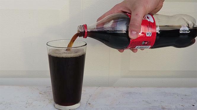 Τι θα συμβεί αν ρίξεις χλωρίνη μέσα σε Coca Cola; (Video)