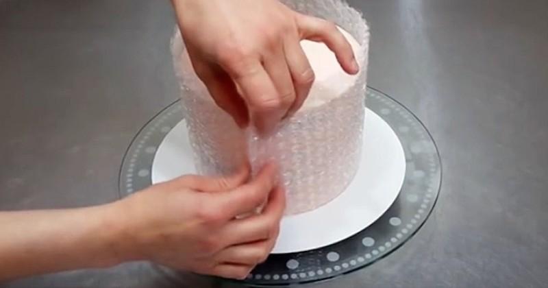 Τυλίγει αεροπλάστ γύρω από την τούρτα. Μόλις δείτε όμως το λόγο, θα το κάνετε και εσείς!
