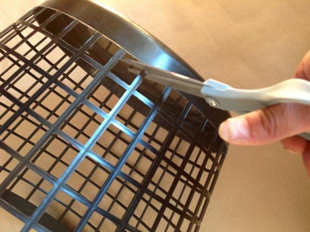 κόβει ένα πλαστικό καλάθι και φτιάχνει απίθανη αποκριάτικη κατασκευη