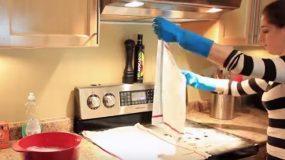 Τοποθετεί 2 υγρά πανιά επάνω στην κουζίνα.Το αποτέλεσμα;Εντυπωσιακό!