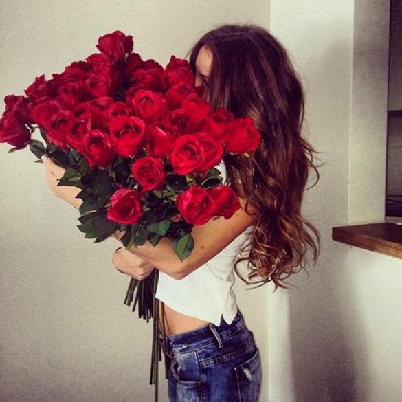 Girl-holding-red-roses