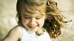 7 σημάδια που δείχνουν ότι το παιδί σας είναι χαρούμενο