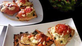Φιλέτο σολομού στη λαδόκολλα με τυράκι,ντομάτα και κρεμμύδια