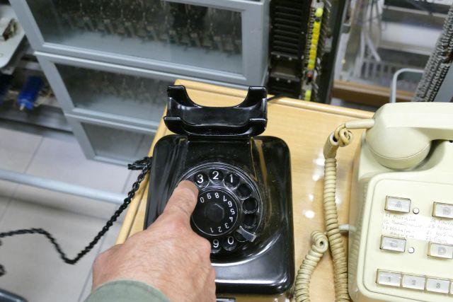 """""""Στον επόμενο τόνο η ώρα θα είναι…"""" Το τραγικό τέλος της βελούδινης φωνής του 141 που έλεγε την ώρα στο τηλέφωνο - Τη δολοφόνησε ο άντρας της γιατί..."""