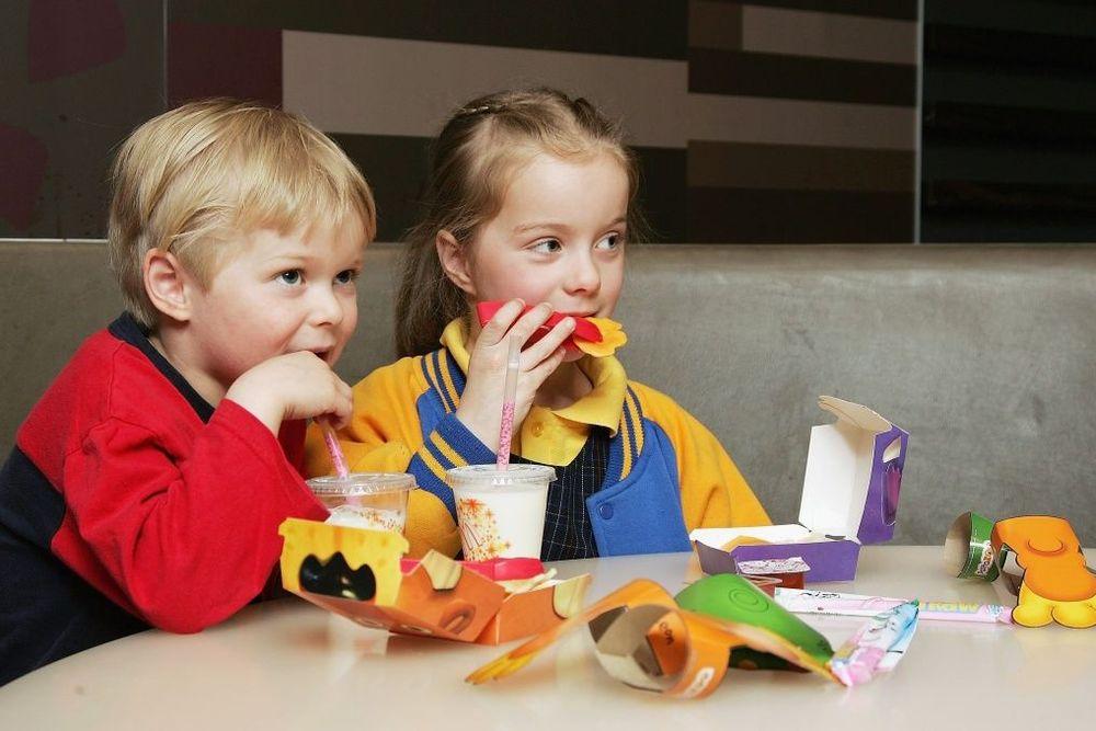"""Δείτε τί συμβαίνει όταν τα παιδιά καταναλώνουν """"παιδικά γεύματα"""" στα FastFood"""