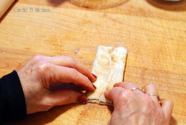rolakia kanelas kai zaxari se psomi tou tost-3