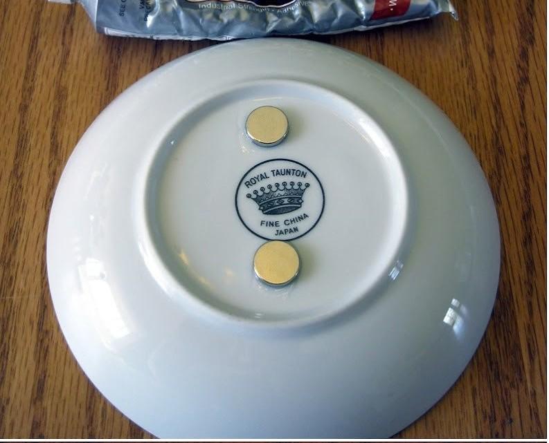 Κολλάει μαγνήτες στον πάτο ενός πιάτου και καταφέρνει κάτι πανέξυπνο!