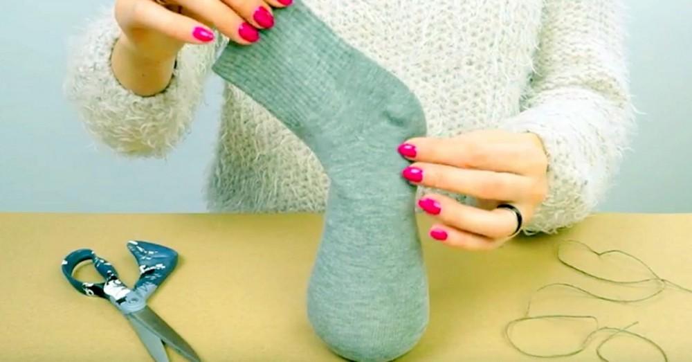 Γεμίζει μια κάλτσα με ρύζι και φτιάχνει απίστευτη πασχαλινή κατασκευή.