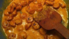 θεϊκή σάλτσα για μακαρόνια με λουκάνικο και μουστάρδα