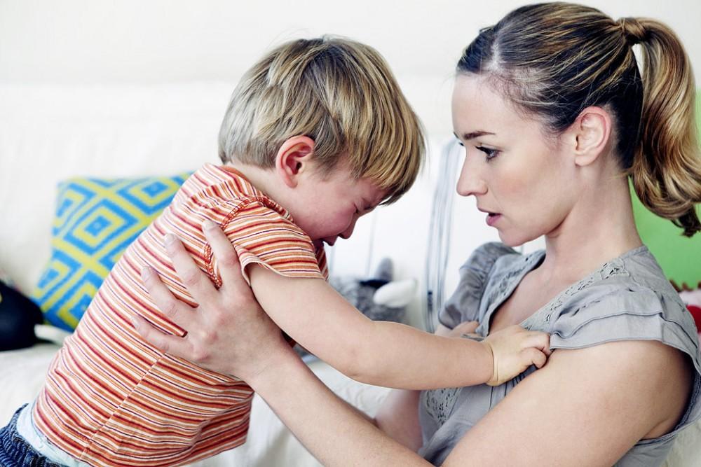 Γιατί τα παιδιά φέρονται χειρότερα όταν... βρίσκεται η μαμά τους μπροστά;