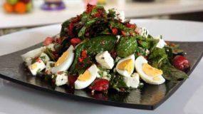 Πασχαλινή σαλάτα με σπανάκι, αυγά, φέτα & βινεγκρέτ