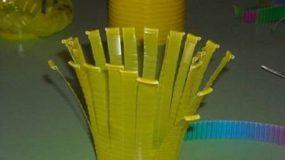 Κόβει ένα πλαστικό ποτήρι σε λωρίδες και φτιάχνει απίθανη πασχαλινή κατασκευή