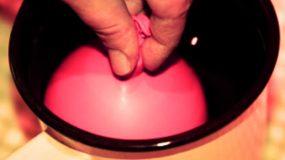 Βυθίζει ένα μπαλόνι σε μια κατσαρόλα με νερό και φτιάχνει απίθανη κατασκευή!
