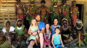 Ζευγάρι επέλεξε να ζήσει με τα παιδιά του σε πρωτόγονο χωριό