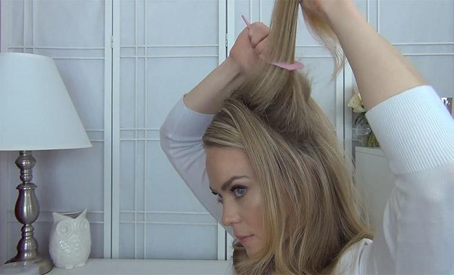 Πιάνει μια Τούφα από τα Μαλλιά της και τη Βουρτσίζει Ανάποδα. Το τελικό αποτέλεσμα… Θα σας Ξετρελάνει!