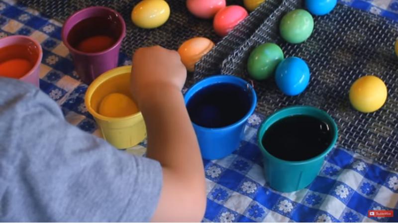 Boυτάει τα αυγά σε αυτό το μείγμα και τα βάφει τέλεια!