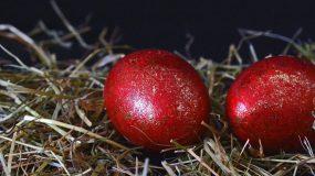 6Τρόποι για να διακοσμήσετε τα κόκκινα πασχαλινά αυγά σας.