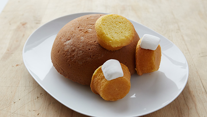 Ενώνει τα cupcake με το cake και φτιάχνει υπέροχο Πασχαλινό γλυκο