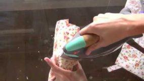Παίρνει μια χαρτοπετσέτα και την σιδερώνει πάνω σε.....Αυτό το βίντεο θα σας βάλει ιδέες!