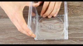 Ενώνει τις θήκες των cd's και φτιάχνει κάτι πανέμορφο