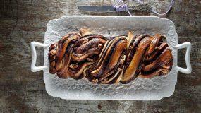 Τσουρέκι γεμιστό με σοκολάτα και καρύδια από τον Ακή Πετρετζίκη