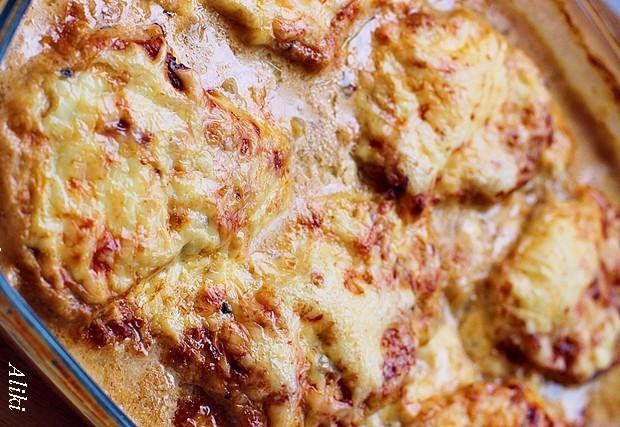 Ζουμερές μπριζόλες με πατάτες και σάλτσα μανιταριών στον φούρνο