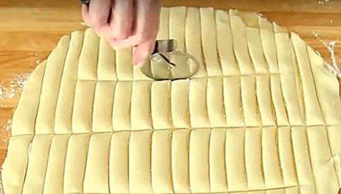 Κόβει μια ζύμη σε ορθογώνια κομμάτια και φτιάχνει κάτι λαχταριστό!