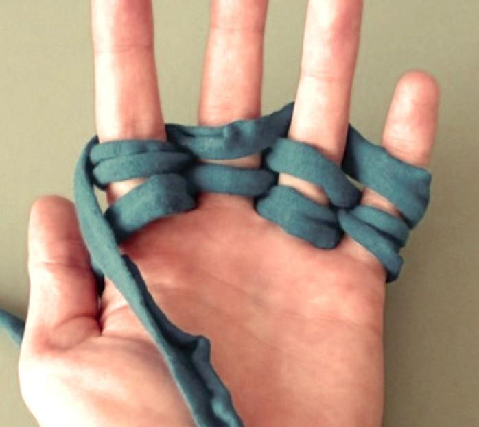 Κόβει λωρίδες από ένα παλιό T-Shirt και τις τυλίγει στα δάχτυλα της.Ο λόγος θα σας ενθουσιάσει!