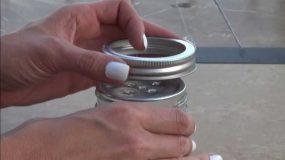 Τρυπάει το καπάκι από ένα γυάλινο βαζάκι και φτιάχνει κάτι απίστευτα χρηστικό