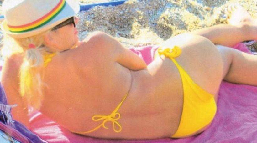 Η Ελένη Μενεγάκη με μπικίνι και χωρίς ρετούς στα Άχλα