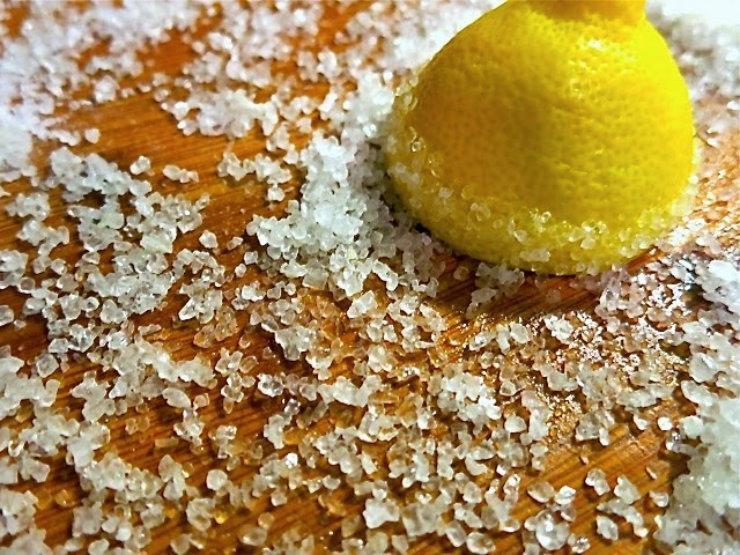 Τρίβει μια λεμονόκουπα σε αλάτι.Ο λόγος θα σας ξιαφνιάσει