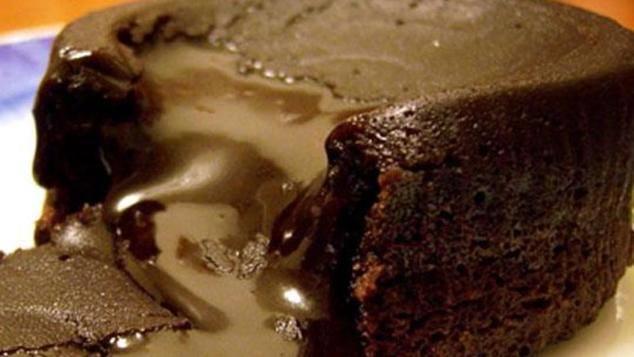 Υπέροχο φοντάν σοκολάτας με μόνο τέσσερα υλικά.