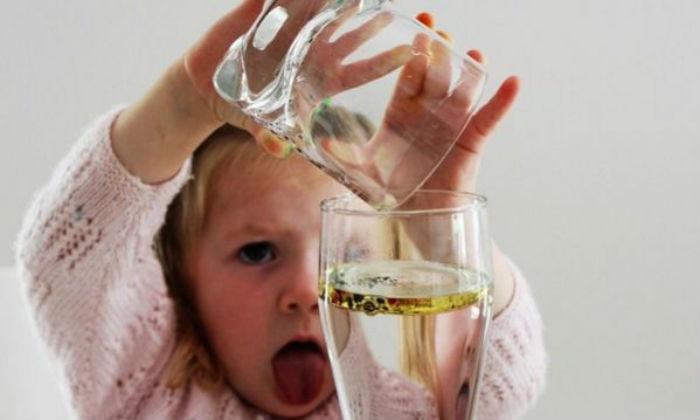 Με λίγο ελαιόλαδο και χρώμα ζαχαροπλαστικής κάντε  πείραμα που θα ξετρελάνει τα παιδια